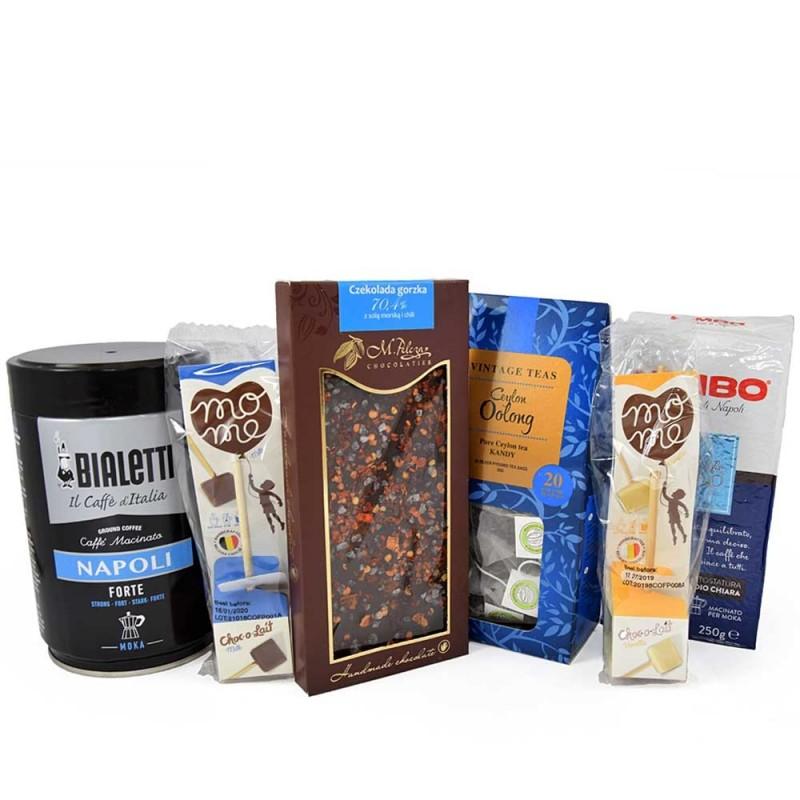 Zestaw markowych kaw, herbat i słodkości.